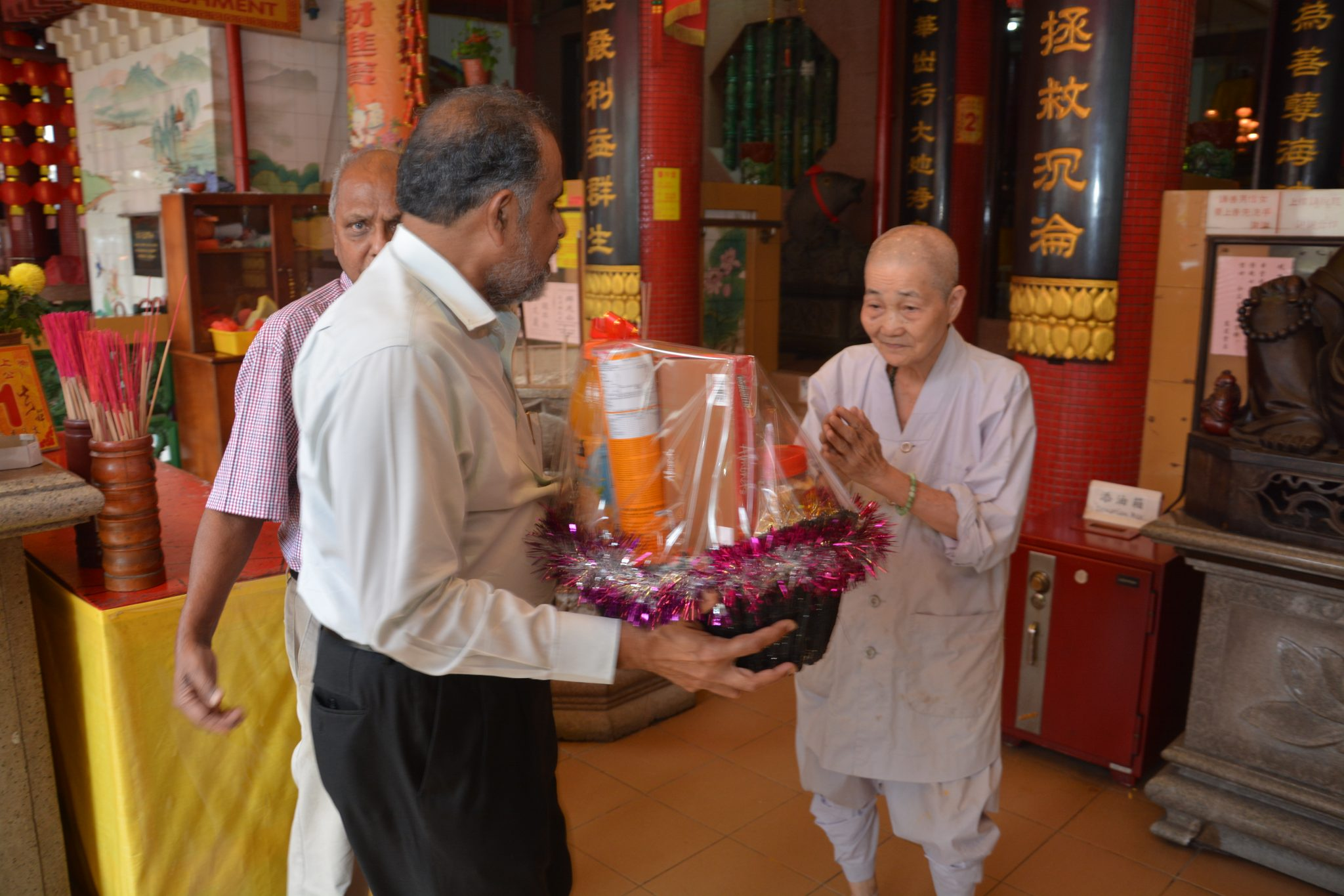 Jamiyah Singapore presented Lunar New Year Hampers to Temples